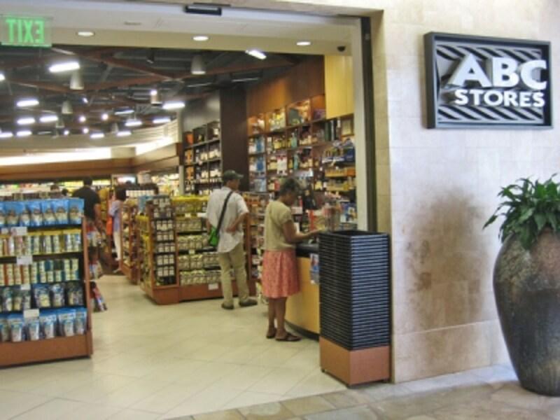 スナックやドリンクを買うついでにお土産探しができるABCストア。広くて品揃えの良いロイヤルハワイアンセンター店なら1軒でお土産調達も完了