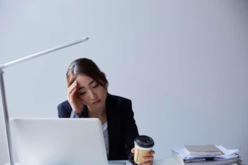 パソコン画面や仕事に集中するとまばたきの回数が減り目が乾いて疲れ目の原因になります。