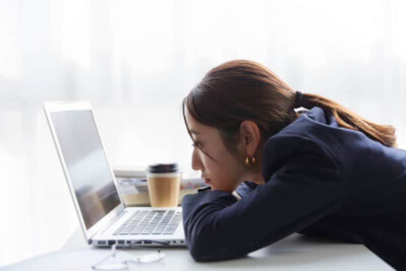 ずっと同じ姿勢で無表情に仕事をしているのも、目のまわりの筋肉が衰えて、目が小さくなる原因になりますから要注意!