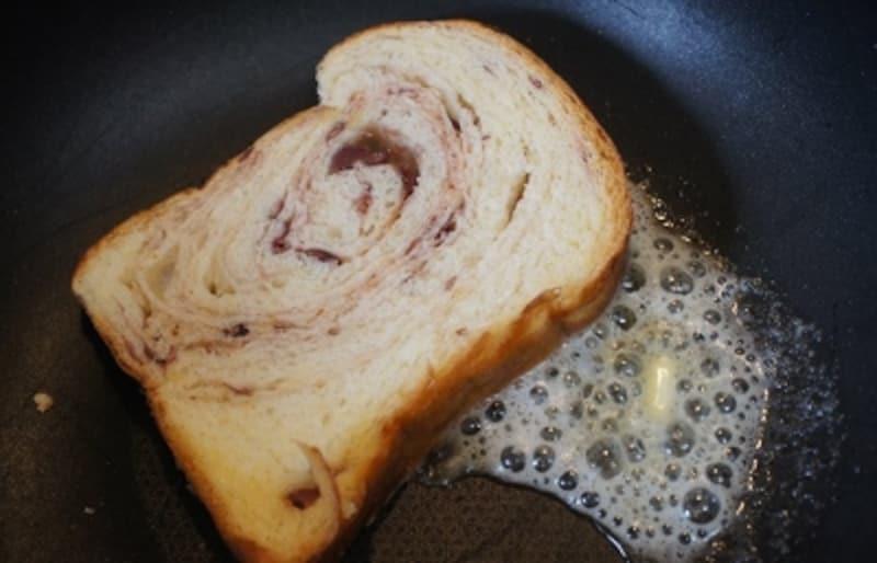 スライスしてバターを落としてフライパンで焼いて……これがまたおいしい!
