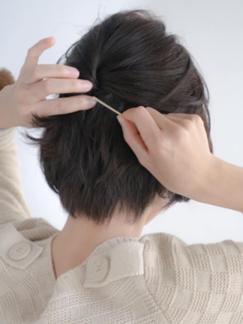 ねじった毛束をアメピンで固定