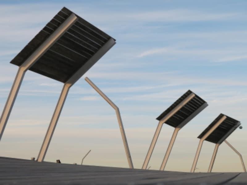 ほどけた包帯を芥川龍之介が手にする場所は横浜港大さん橋国際客船ターミナル屋上広場(2016年12月17日撮影)