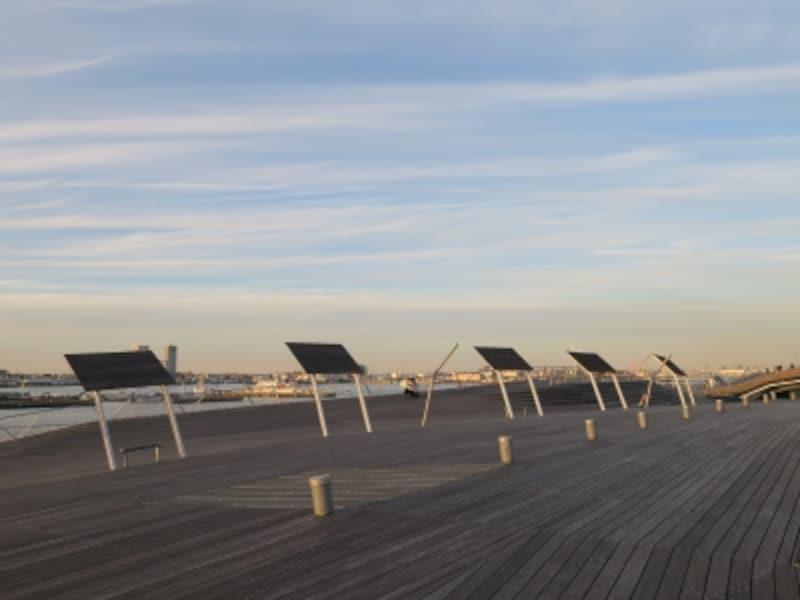 太陽電池パネルのようなものは屋根のようなオブジェでした!(2016年12月17日撮影)