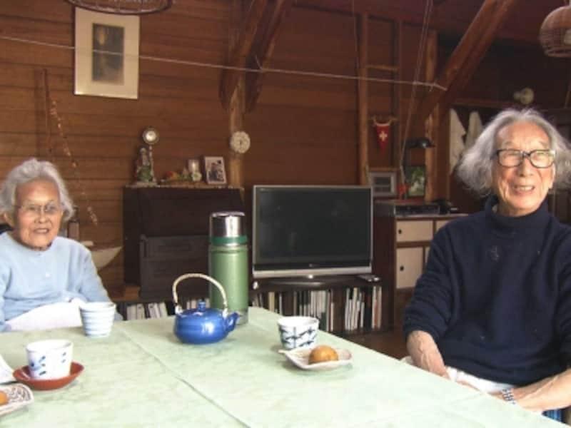 室内の夫妻