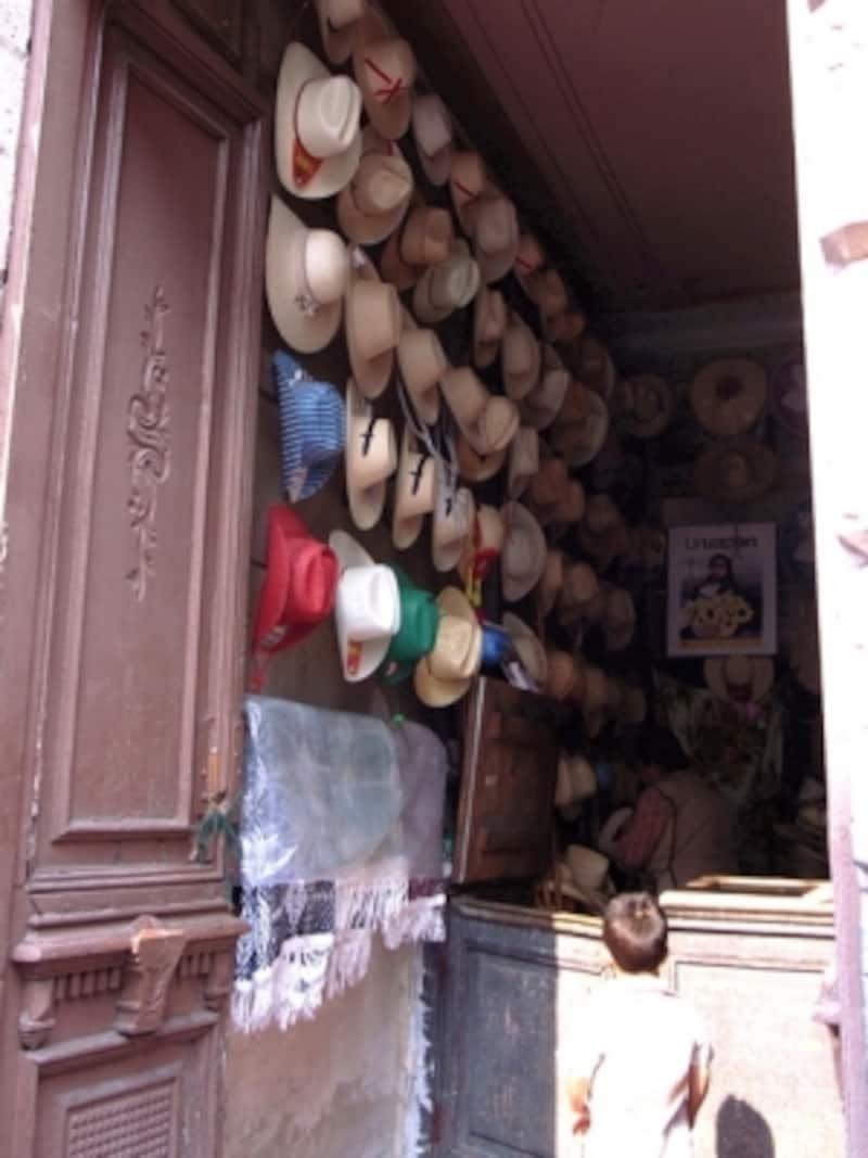 メキシコ男性の定番、ソンブレロを扱うローカルの商店