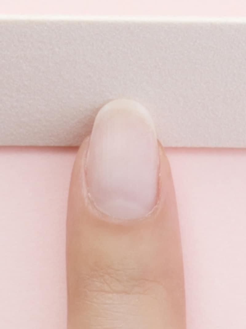 爪の裏側から削るように丸みを出す