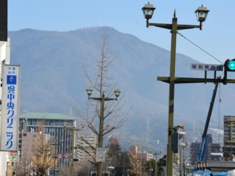 呉の街を歩いていると、ほぼどこからでも北にそびえる灰ヶ峰が見える。頂上にある気象レーダー観測所が目印