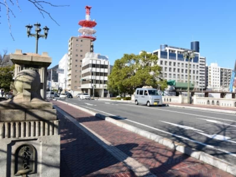 橋桁や石造りの欄干などに風格を感じる堺橋
