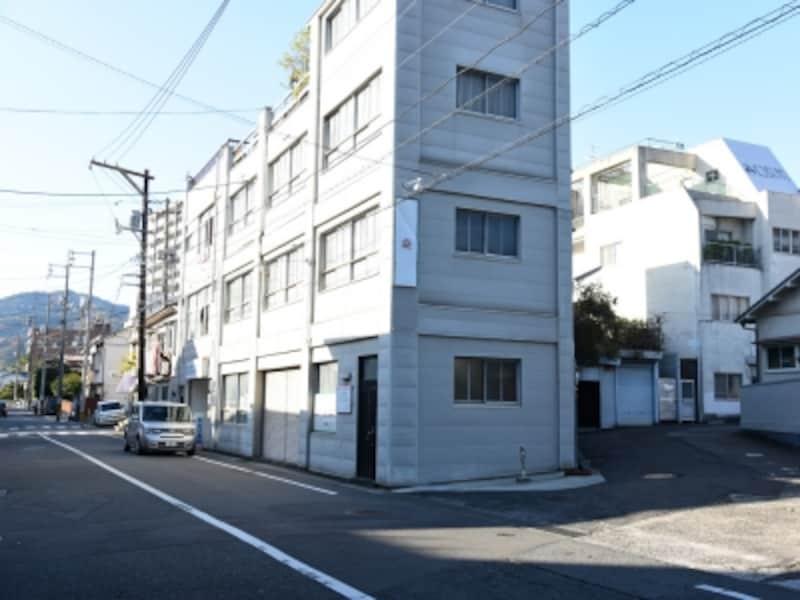 中央の建物の右の道に入って行く