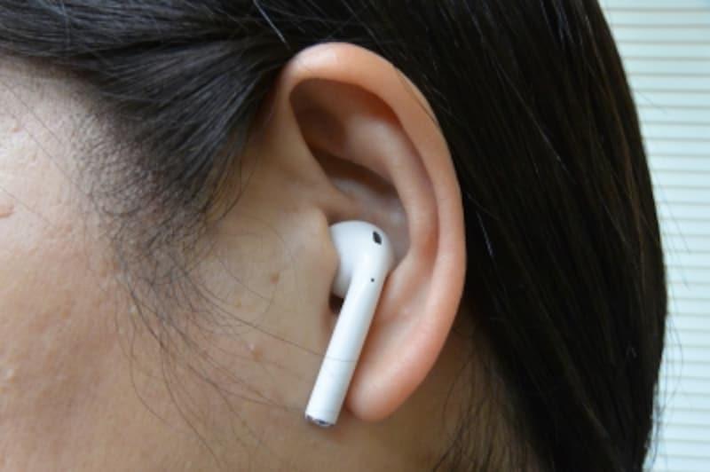 音楽を再生中、イヤホンを片方外すと一時停止になり、両方とも外すと停止します。なおイヤホンを手で覆えば、耳に装着しなくても出力先をイヤホンに切り替えられます。