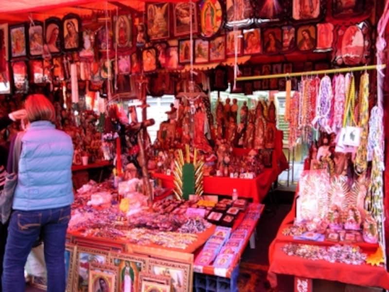 グアダルーペ寺院周辺の露店では、極彩色の宗教グッズが並ぶ。