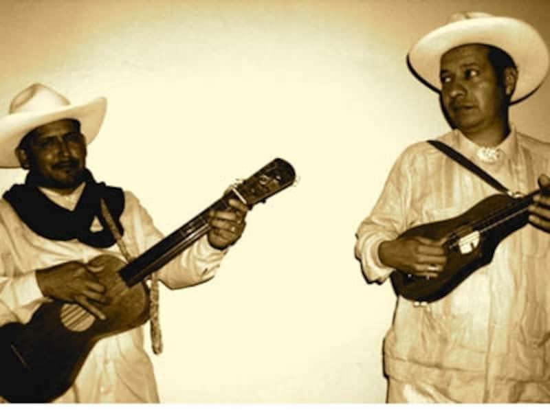 グアジャベラとソンブレロで決めるミュージシャンたち