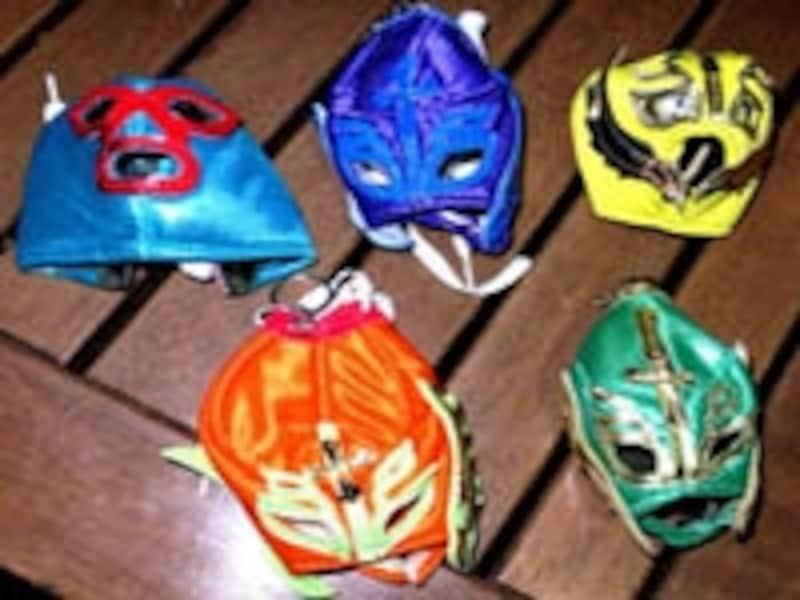 ミニサイズのマスクが付いたキーホルダーはキッチュで人気