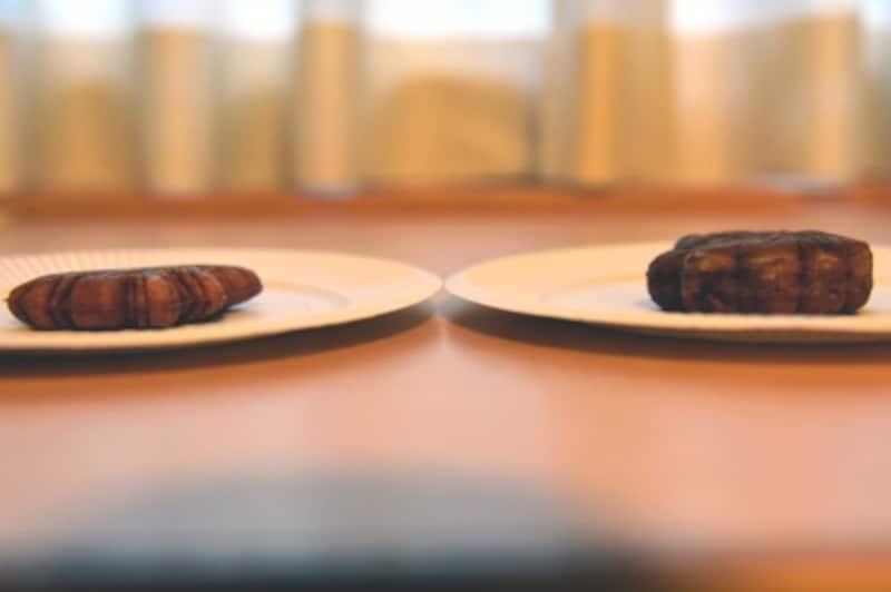 「元祖もみぢ饅頭」(左)と一般的な「もみじ饅頭」(右)を横から見てみると、厚さがちがうのが分かる。「元祖もみぢ饅頭」は生地が薄い分、餡子がぎっしり詰まっている感じだ
