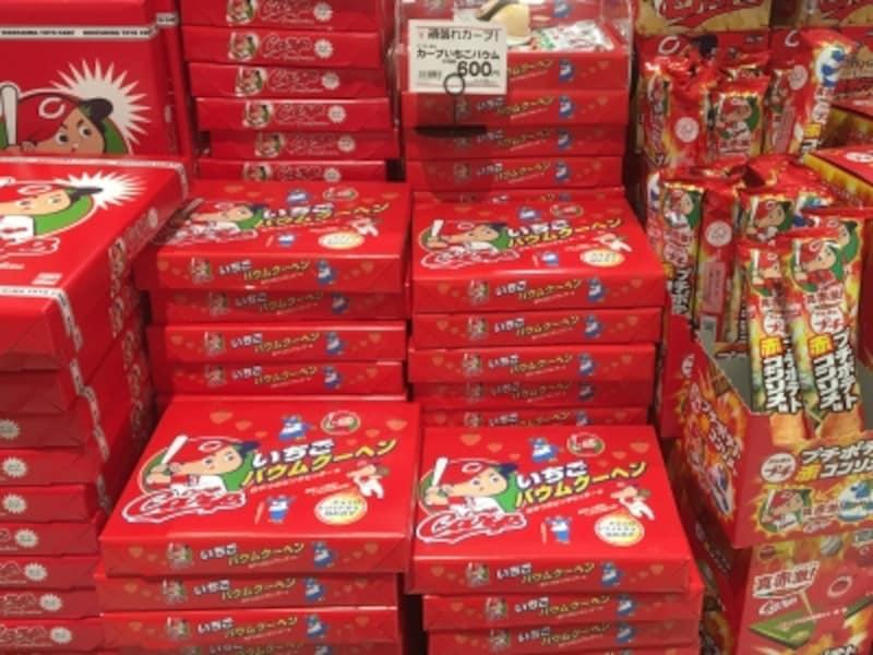 広島駅のお土産売り場は、カープ関連グッズがいっぱい