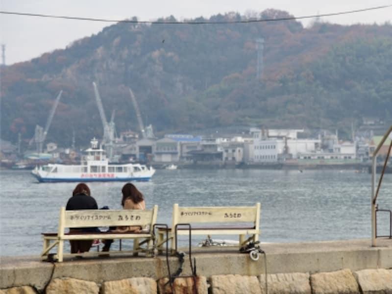 JR尾道駅の南はすぐ海に面している。尾道水道(海峡)の向こうに見える向島(むかいしま)や因島(いんのしま)も尾道市だ