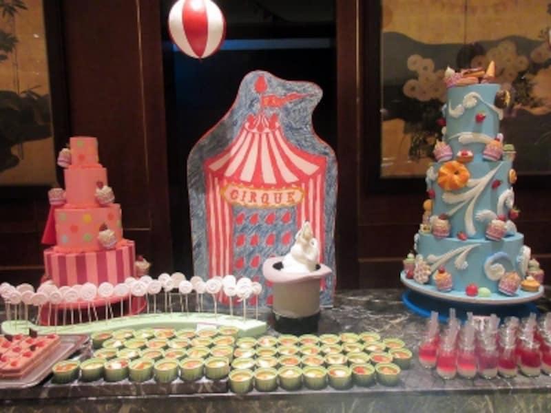 クルクル回る左右のデコレーションケーキの装飾品