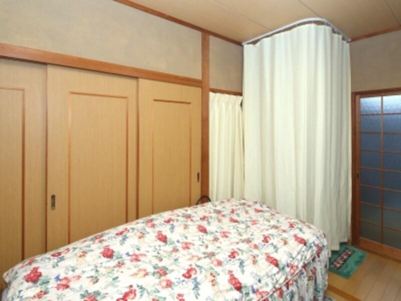 カーテンを閉めれば、この通り。まるでクローゼットスペースのようで、トイレがあるとは思いもよりません