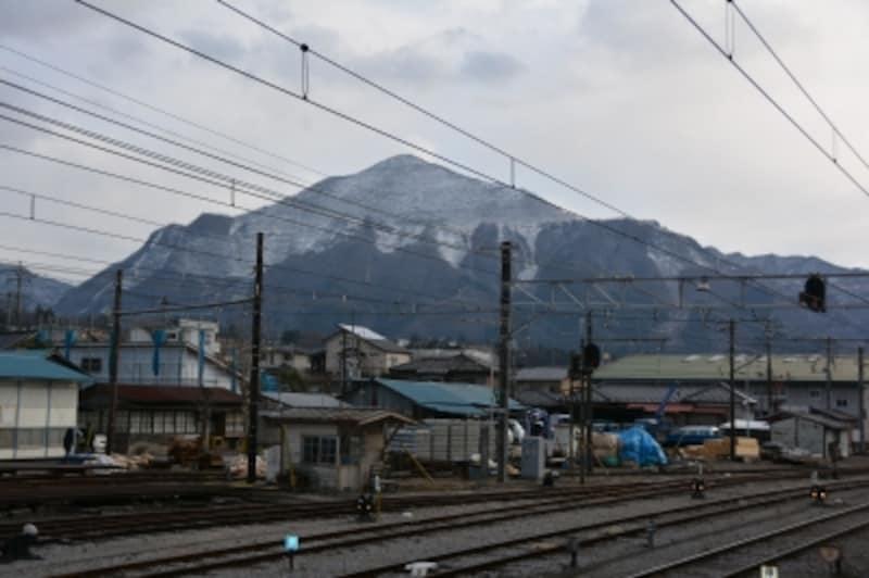 秩父鉄道の秩父駅の南方に聳える武甲山