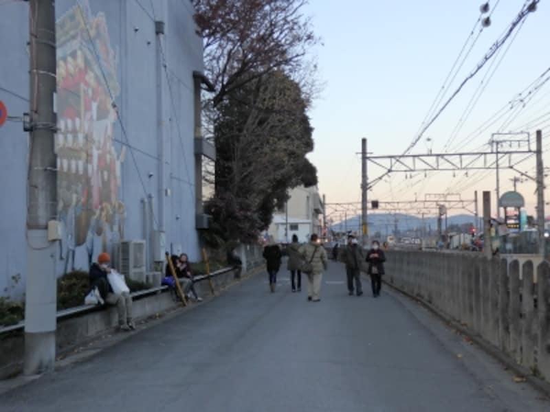 秩父駅からの線路添いの道