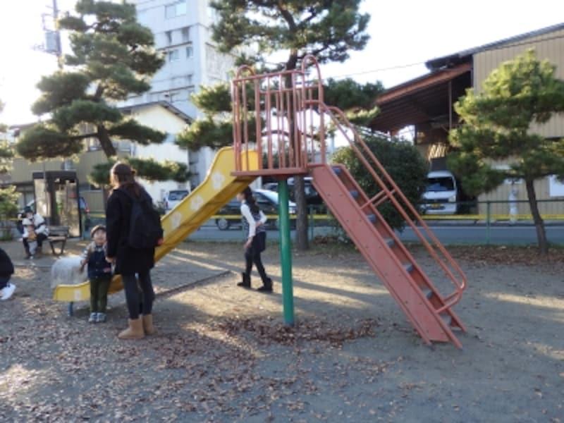 宮側児童公園のカラフルなすべり台