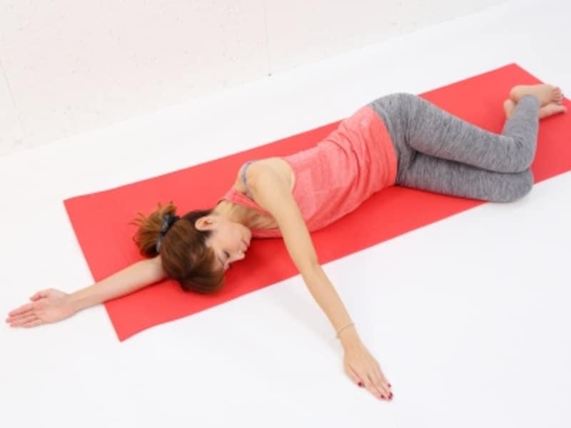動作1undefined横寝になった時に背骨を伸ばすように、お腹を腰に引き寄せます。