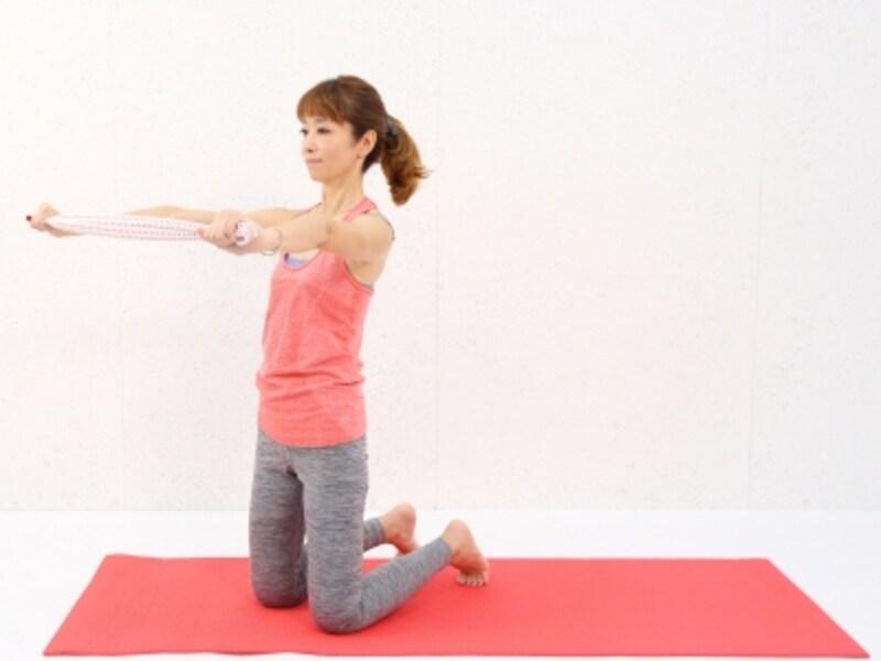 動作1undefinedつま先で床を押し、尾てい骨から首筋まで伸ばし姿勢を整えます