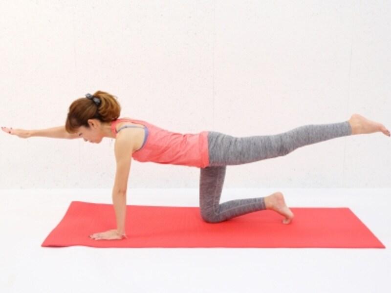 動作3undefinedバランスを取りづらい場合は、腕を床に下ろしてもOK。焦らずゆっくり動作しましょう。