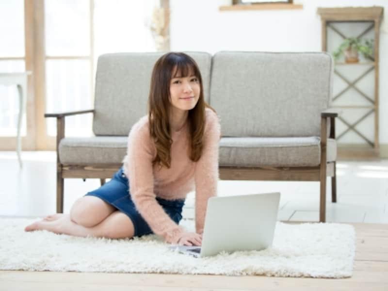床にカーペットやラグなどの敷物があると、肌触りがよく快適。冬場の底冷え対策にも有効
