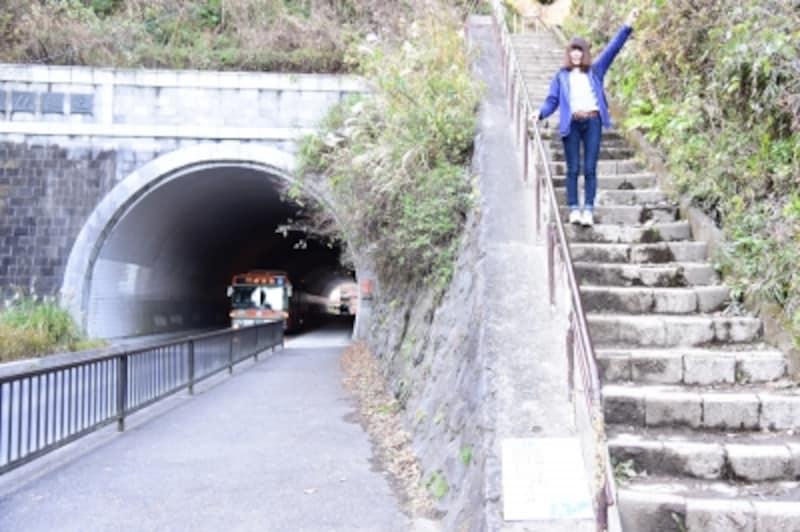 「大仏坂トンネル」の脇の石段でハイキングコースは終点!