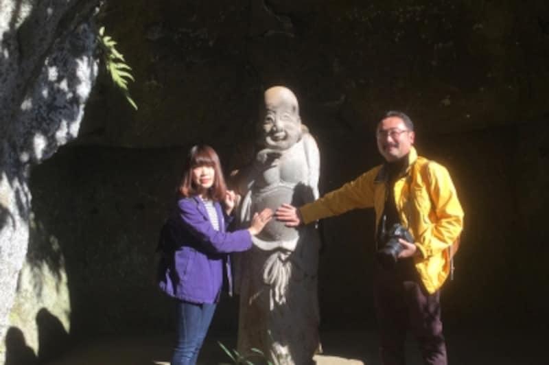 浄智寺の布袋尊を囲んで、筆者とM恵さん