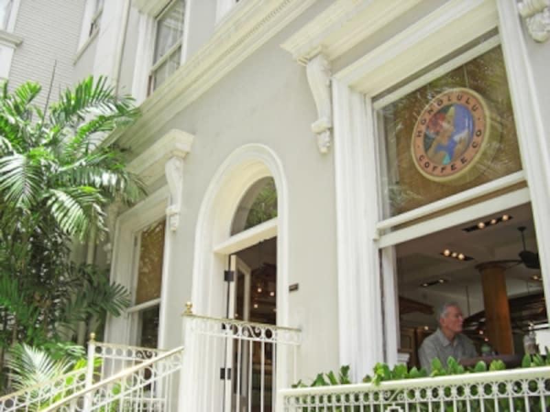 ホノルル・コーヒー・カンパニーは由緒正しきホテル、モアナ・サーフライダーの一角に