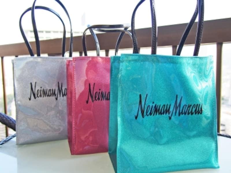 キラキラ輝くニーマン・マーカスの厚地ビニールバッグ(28ドル)。マチ部分に「Honolulu」の地名が入ったハワイ限定版