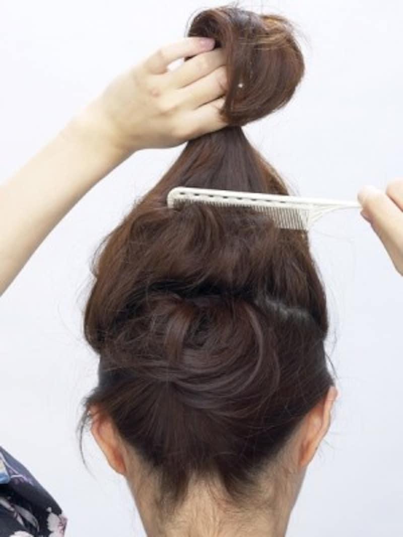 毛束の中間から根元に逆毛を立てる