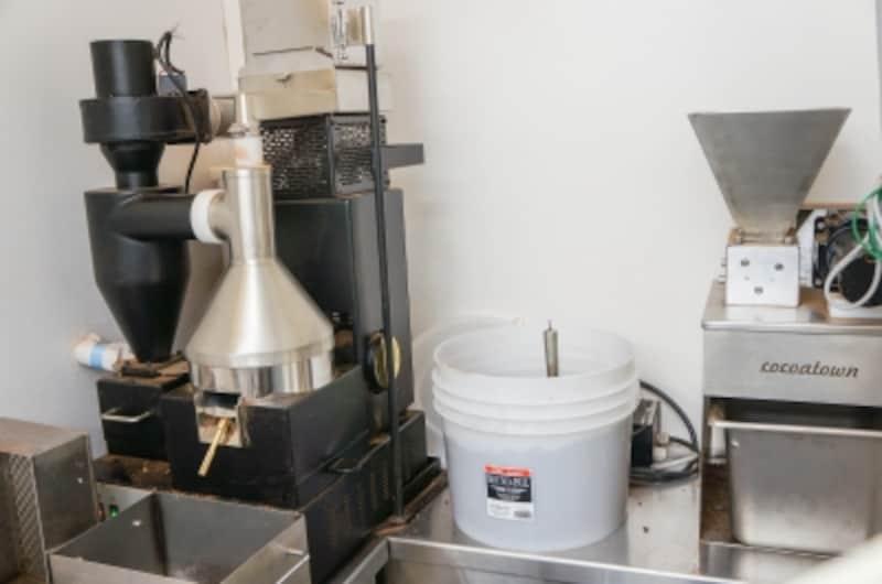 左:ウィノアー(カカオ豆の実の部分と皮を分けるマシーン)/右:カカオ豆を粉砕する機械