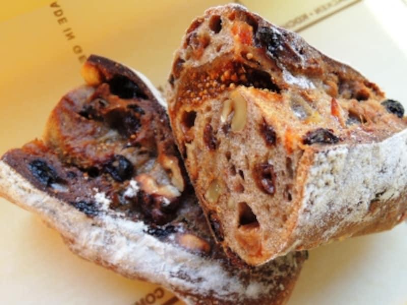 レサンクディアマンはきらめく5種のドライフルーツとクルミのパン