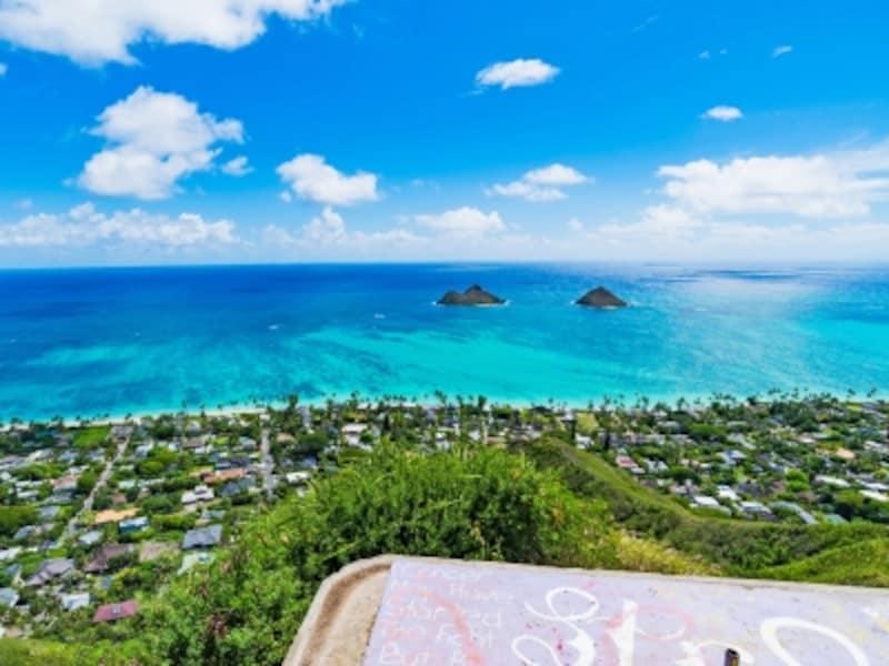 双子のモクルア島が浮かぶラニカイビーチを見下ろす絶景
