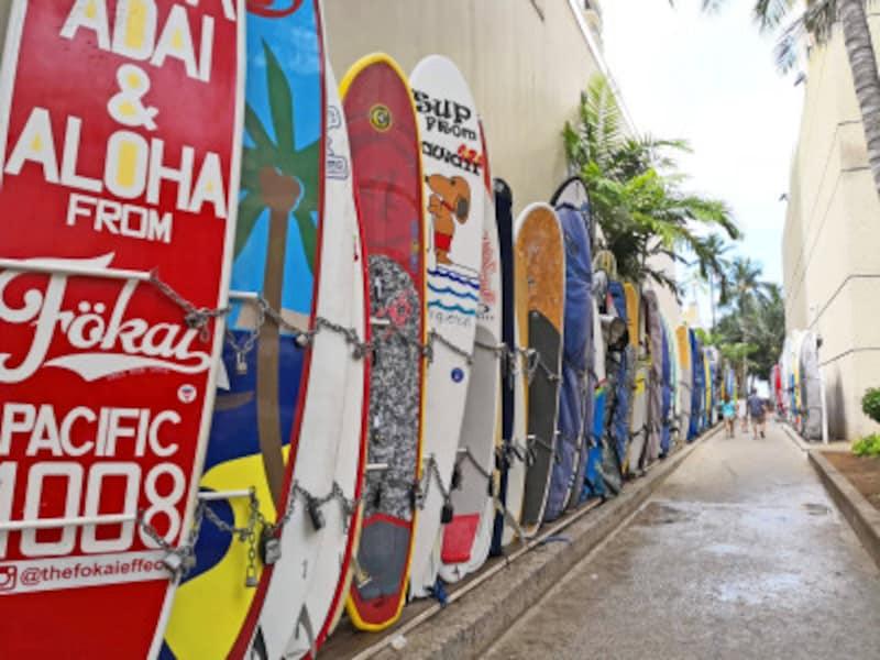 色とりどりのサーフボードにハワイを感じる場所。見逃しそうな路地なので気を付けて