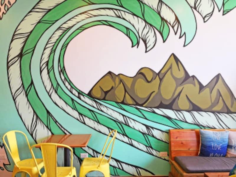カイルア店内。波のウォールアートがシンボル