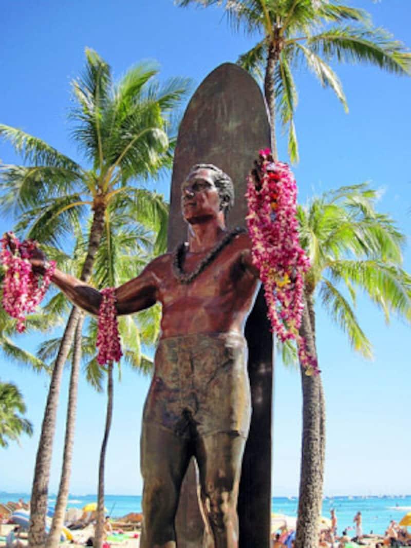 生誕100周年を記念して建立された像は、ワイキキビーチのシンボル
