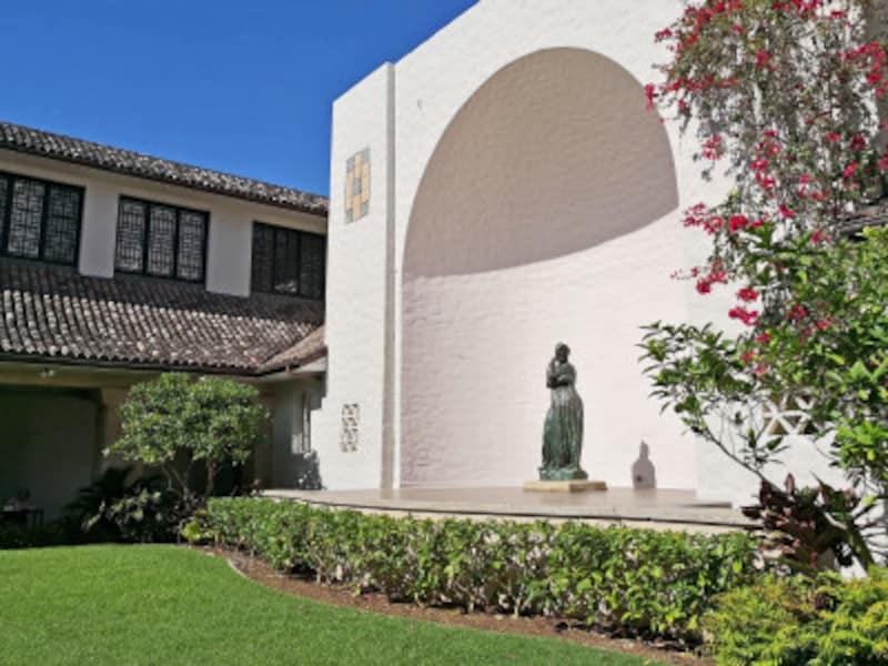 彫刻や緑が施された庭園は落ち着いた佇まい。石造りの廊下を歩くだけでも心穏やかに