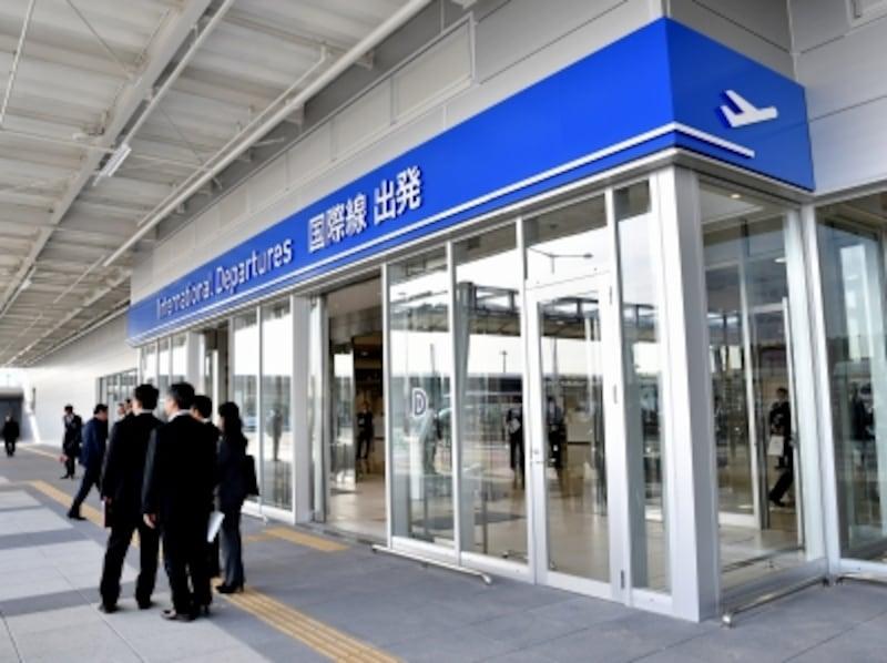 第2ターミナルビル(国際線)の入口。鉄道駅や第1ターミナルビルからは連絡バスを利用