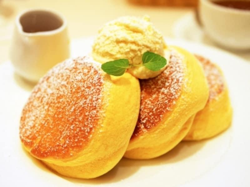 店名にもなっている、一番人気の「幸せのパンケーキ(1100円)」。3cmほどの厚みがあるパンケーキが3枚も(2017年1月20日)
