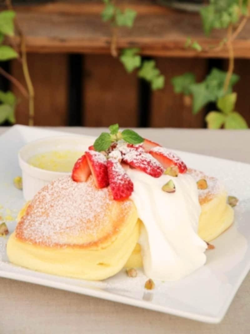 期間限定の「国産いちごのストロベリーチーズフォンデュパンケーキ(1480円)」。生クリームがトッピングされ、クリームチーズが添えてあります(画像提供:幸せのパンケーキ)