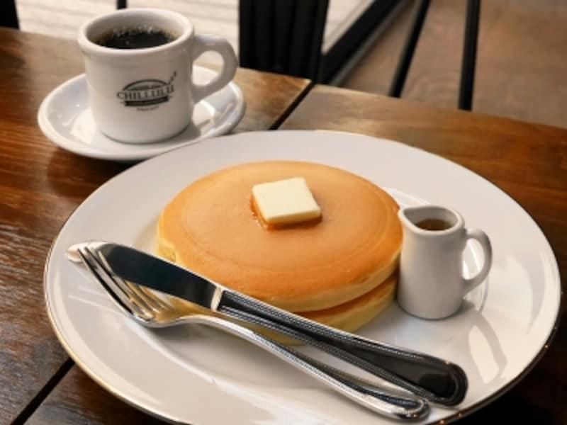 特製ホットケーキ(600円)。シロップはメイプルとはちみつのどちらかが選べます。濃厚な味わいのブレンド珈琲(450円)とともに(2017年1月13日撮影)