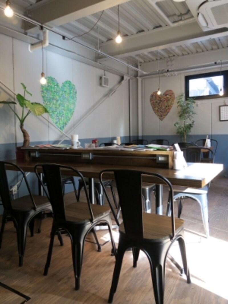 店内は大小のテーブル席があり、大きなテーブルには電源がたくさん。Wi-Fiにも接続OK。屋外のテラス席もあり(2017年1月13日撮影)