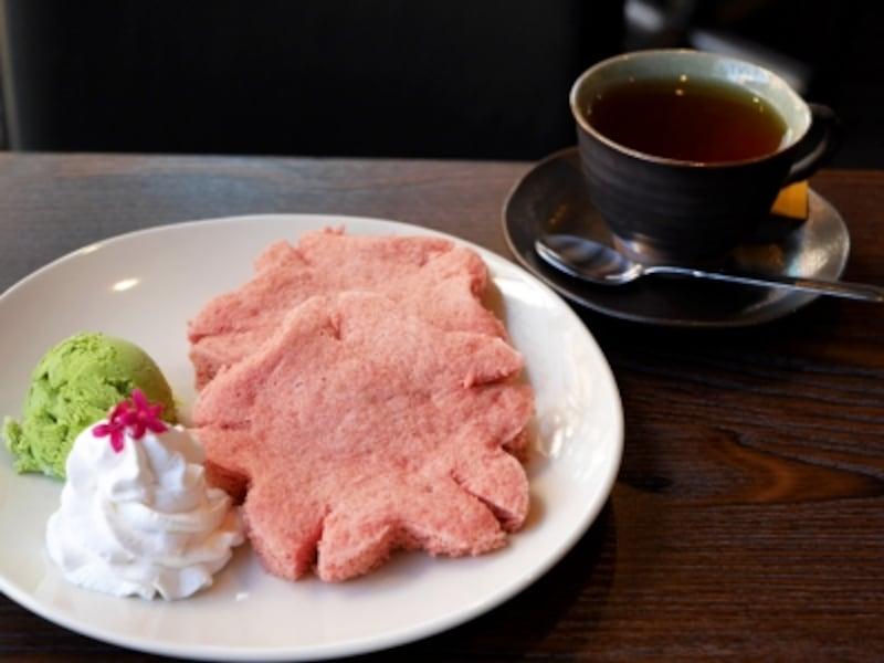 米粉のさくら型スフレパンケーキ(980円)。「さくら味」×「抹茶アイス」の組み合わせ(2018年1月23日撮影)