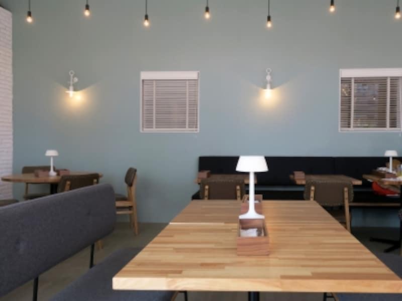 店内には、インテリアショップ併設のカフェならではのファニチャーが並び、どんなシーンでもくつろぎながら過ごせそう(2017年4月28日撮影)
