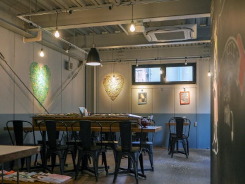 店内は大小のテーブル席があり、大きなテーブルには電源がたくさん。Wi-Fiにも接続OK。屋外のテラス席もあり(2019年3月27日撮影)