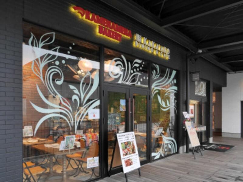 「KAKA'AKODINING&CAFE(カカアコダイニングアンドカフェ)外観。ハワイで人気の「カメハメハベーカリー」がインショップとして入っています(2019年4月26日撮影)